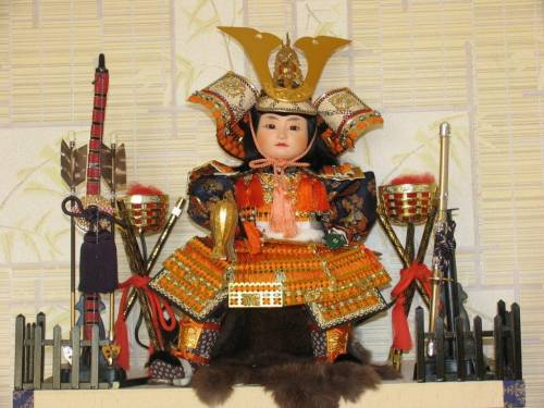 кукла-самурай в полных доспехах